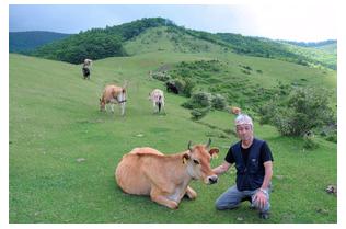 幸せ牛乳、価値ある1本千円 岩手の自然放牧に脚光